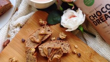 cake flocons d'avoine, compote de pomme et whey vanille protéiné sans sucre pour le fitness accompagné de choco dream Natural Mojo