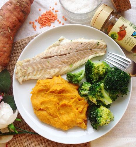 Purée de patate douce protéinee avec lentille corail, purée de sésame et fromage blanc sans crème et sans beurre avec légumes et poisson