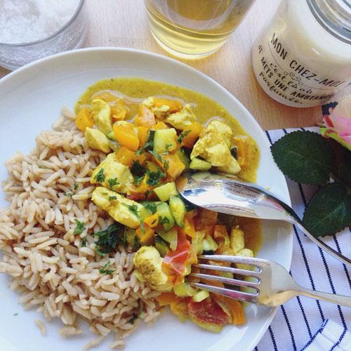 poulet au curry healthy sans lait de coco et sans matière grasse avec des légumes et du riz