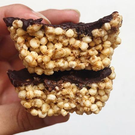 Snack crispy à base de quinoa soufflé, chocolat et beurre de cacahuète