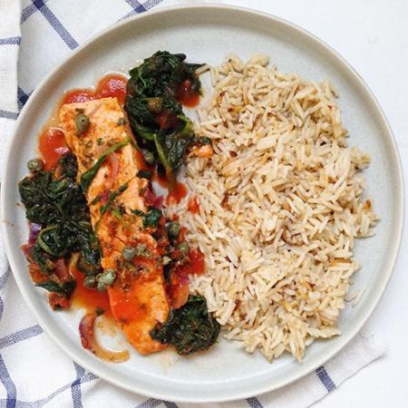 recette healthy de saumon à la sauce tomate et épinards