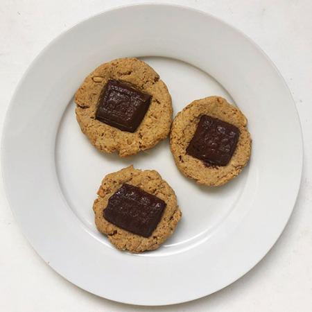 biscuits healthy au beurre de cacahuète, chocolat et avoine low carb et sans oeuf