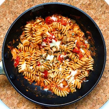 recette healthy de pâtes au thon avec une sauce tomate crémeuse