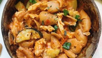 Recette healthy et rapide de pâtes au poulet avec sauce crémeuse aux tomates sans matière grasse