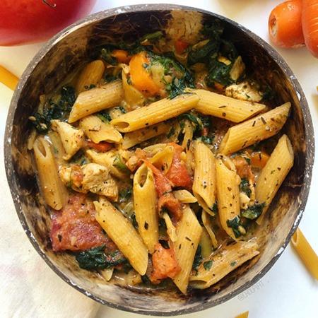 Recette healthy de one pot pasta au poulet et épices cajun avec tomate et épinards