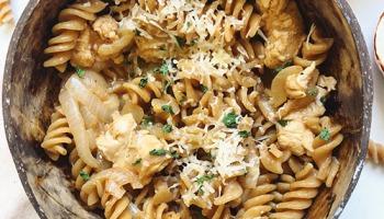 recette rapide de one pot pasta au poulet avec une sauce crémeuse aux oignons caramélisés