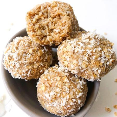 recette vegan et rapide de boules d'énergie à la noix de coco et flocons d'avoine sans datte
